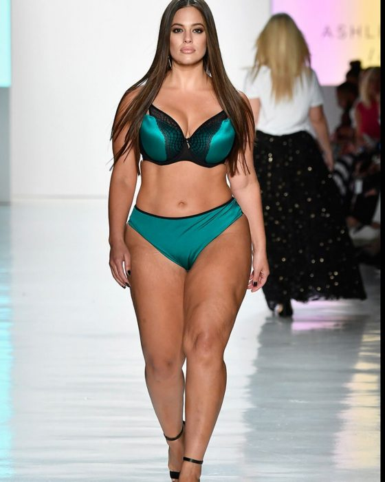 Ashley Graham desfilando en ropa interior